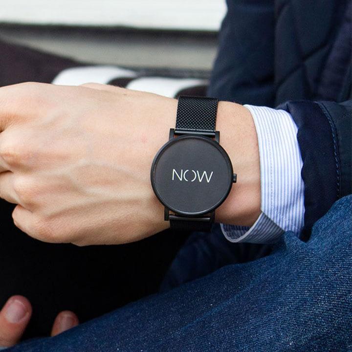 Herenpols met een zwarte Watch Now Exclusive Collection