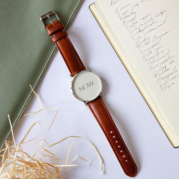 Cognac Watch Now Bold Collection flatlay naast een boodschappenlijstje