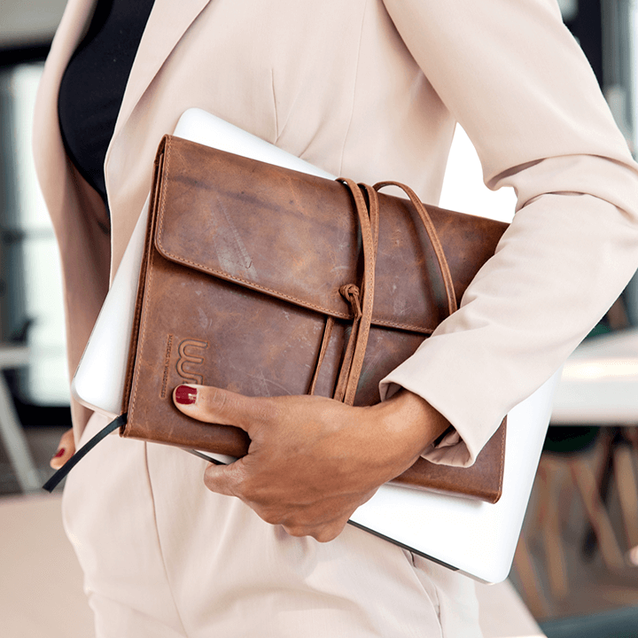 Ensolid Office Manager met haar laptop en notitieboek onder haar arm