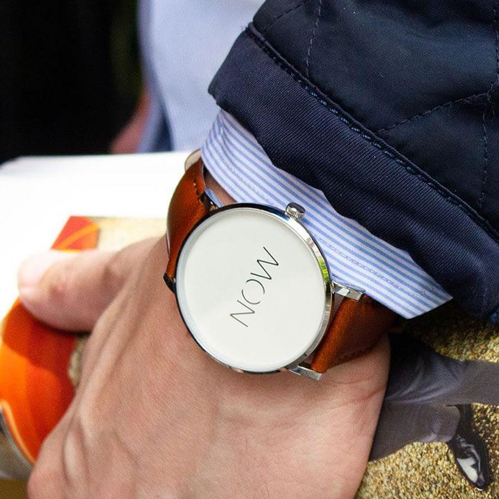 Herenpols met een Cognac Watch Now Bold Collection